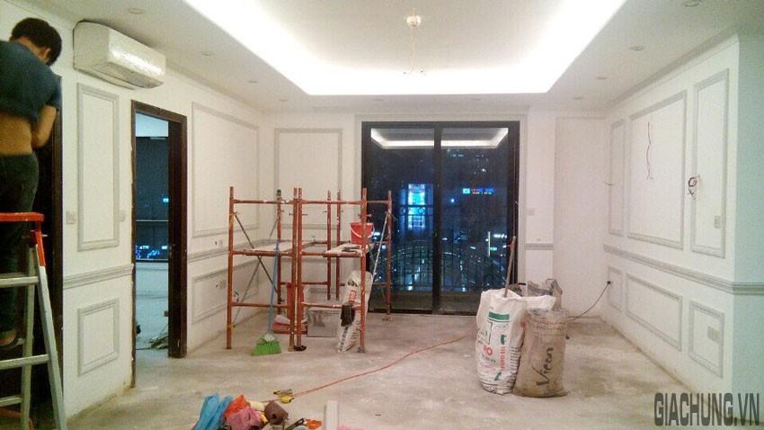 Không gian tường trong phòng được trang trí bằng phảo chỉ dựng thành khung tranh