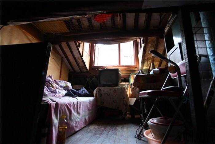 Một căn phòng tối tăm sẽ làm ngôi nhà trở nên chạt hẹp hơn