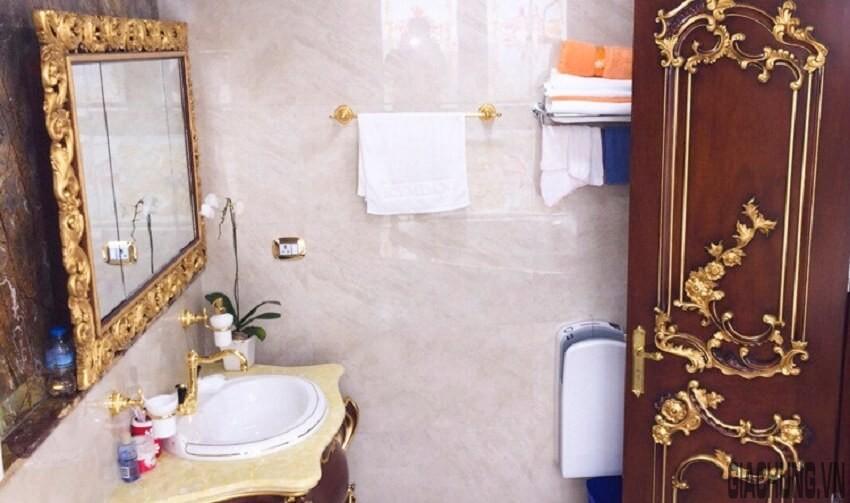 Trang chí phòng tắm với phào